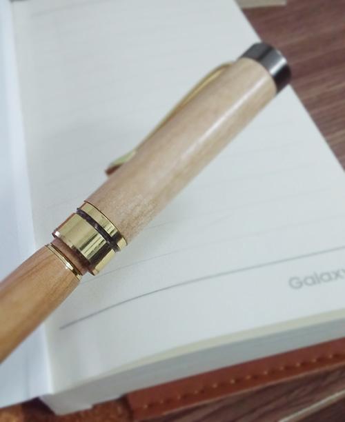 Nắp bút không thể cài vào thân sau