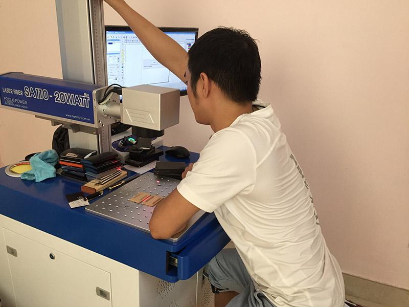 Công nghệ khắc laser lên bút kim loại